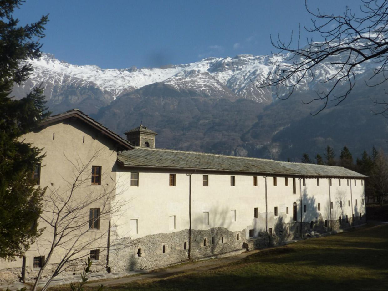 novalesa-esterno-monastero-montagne