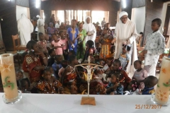 Enfants autour de la Crèche
